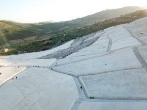Il cretto di Burri a Gibellina torna scenografia per il teatro in ricordo del Terremoto