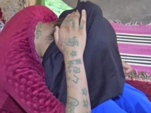 Khadija, la 17enne marocchina rapita e violentata mostra i tatuaggi che gli aguzzi hanno inciso sul suo corpo