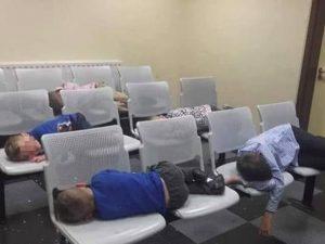 Pubblica la foto dei figli che dormono in una stazione di polizia: travolta dalla polemiche