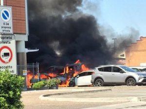 Spaventoso incendio accanto a un hotel di Mestre: a auto e c