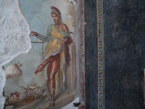 Pompei: dagli scavi emerge un nuovo affresco di Priapo, l'an