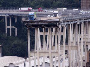 Crollo ponte Genova, centro commerciale a 2 km dal disastro rimane aperto e costringe lavoratrice ad andare a lavoro a piedi