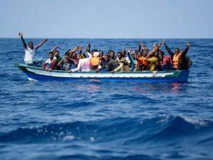"""Migranti, avvistato barcone alla deriva al largo di Tripoli: """"La Guardia ..."""