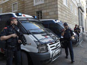 Barcellona, uomo assalta commissariato di polizia con un col