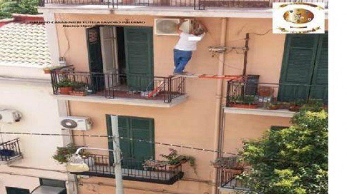 Come Montare Un Condizionatore palermo, operaio in bilico tra due balconi per installare un