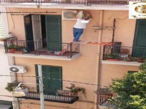 Palermo, operaio in bilico tra due balconi per installare un condizionatore