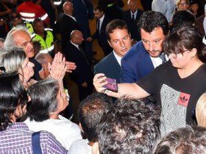 Crollo ponte di Genova, il ministro Salvini scatta un selfie con una ragazza durante i funerali di Stato: è ...