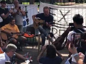 Firenze |  Sting canta a sorpresa al presidio degli operai della Bekaert