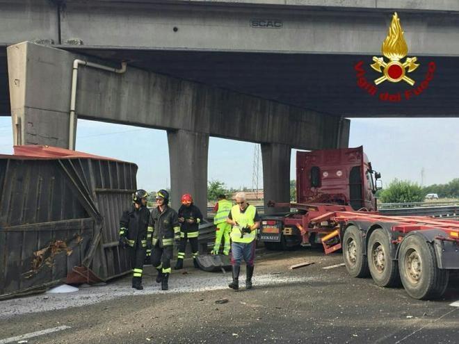 Tir finisce contro pilone dell 39 autostrada i vigili del for Struttura politica italiana
