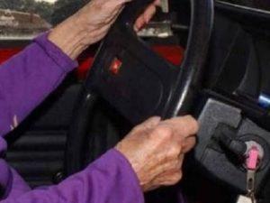 Bologna, 92enne investe due pedoni in due incidenti ma non si accorge di nulla e prosegue