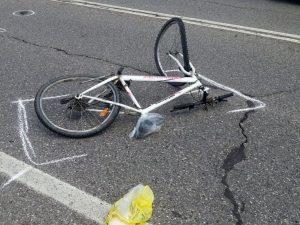 Aosta, tredicenne finisce con la bici contro un'auto: morto