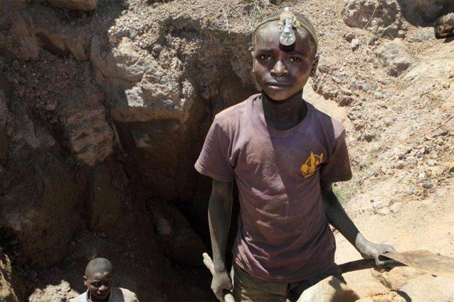 Risultati immagini per IN CONGO 40.000 MINATORI ESTRAGGONO COBALTO A MANI NUDE