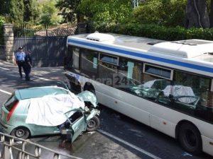 Bordighera  Incidente choc sull'Aurelia  Auto si schianta contro un bus |  morti due coniugi