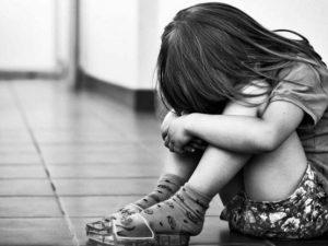 Bimba di 6 anni violentata nel bagno del ristorante: aveva s