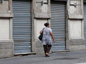 Chiusura domenicale dei negozi, gli italiani si dividono: il