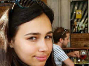 """""""Papà, aiutami! Non riesco a respirare"""". 15enne muore dopo aver mangiato un panino in aereo"""