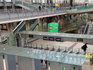 Torino, dramma in metropolitana: scivola sulle scale mobili,
