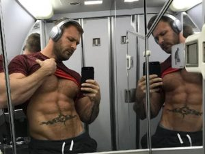 Assistente di volo fa sesso nel bagno dellaereo con un attore porno