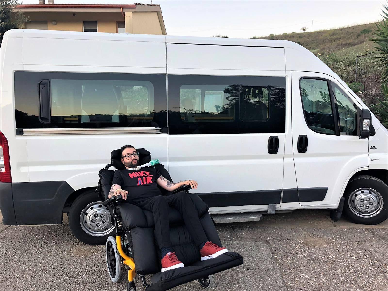 Andrea Turnu con la nuova ambulanza allestita.