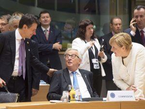 """Conte elogia la manovra: """"È molto bella"""". Ma i governi europei la bocciano"""
