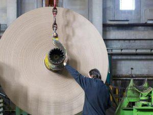 Udine, operaio di 35 anni della cartiera muore incastrato in