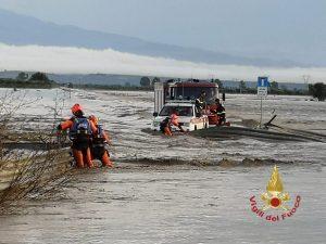 Maltempo, violenta bomba d'acqua nel Catanese: auto colpite da detriti, traffico in tilt