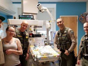 Usa    neonata non respira    salvata al centro commerciale da tre poliziotti