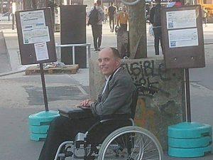 Il disabile protagonista della vicenda a Parigi Twitter