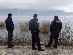 Agenti della polizia greca pattugliano il fiume Evros dopo la morte delle tre profughe