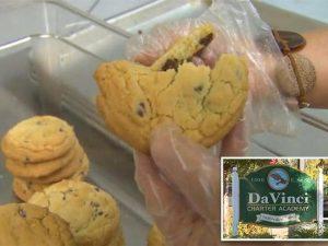 Fa mangiare biscotti fatti in casa ai compagni di scuola: de