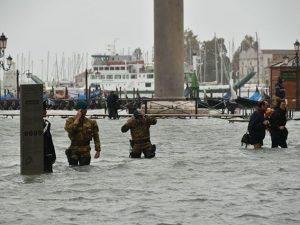Acqua alta a Venezia per il maltempo (Twitter).