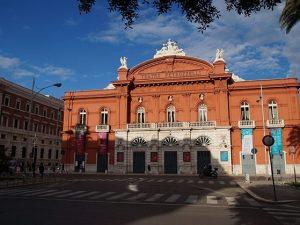 Esterno del teatro Petruzzelli di Bari.