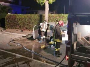 Si schianta contro l'albero e l'auto si incendia, 24enne sal