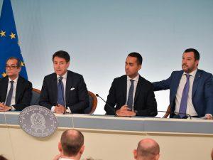 Sondaggi politici, gli italiani bocciano il governo e le sue