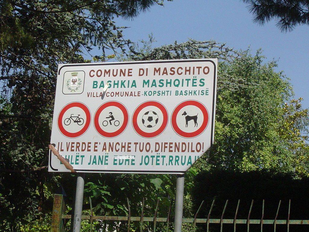 Cartello bilingue, italiano–albanese, nel comune di Maschito, in provincia di Potenza (Wikipedia)