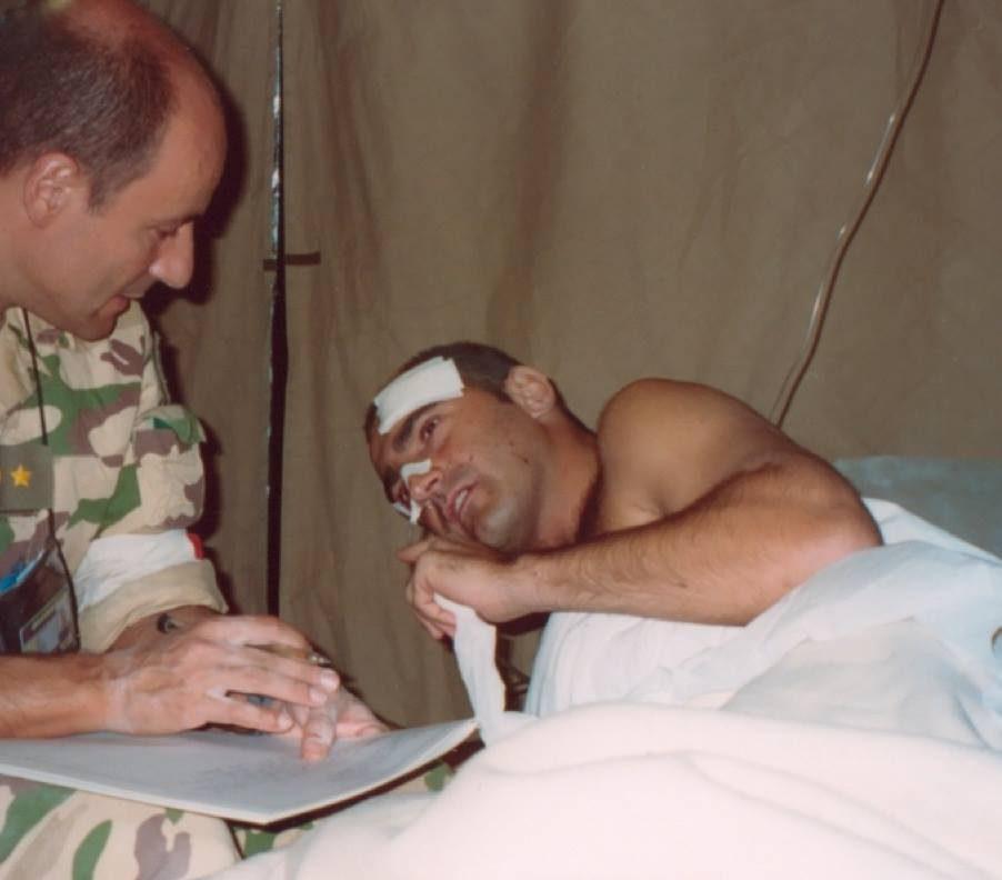 Saccotelli in un letto d'ospedale in Iraq dopo l'attentato (Riccardo Saccotelli)