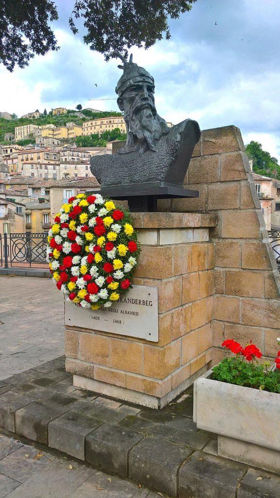 Il busto diGiorgio Castriota Skanderbeg nelcentro storicodiCosenza (Wikipedia)