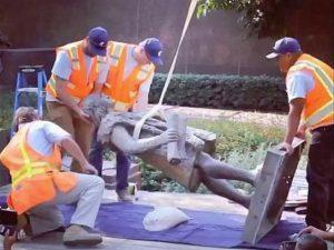 """""""Responsabile di atrocità"""". Los Angeles toglie la statua di Cristoforo Colombo donata dagli italiani"""