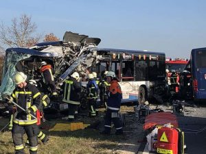 Scontro frontale tra autobus in Germania: 40 feriti, due bam