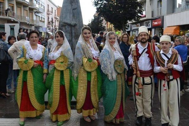 Gli abitanti di Spezzano Albanese (Cosenza) con gli abiti tipici della comunità arbëreshë (Wikipedia)