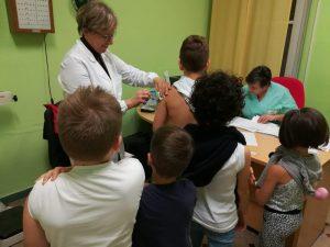 La compagna di classe è immunodepressa: 20 bimbi fanno il va