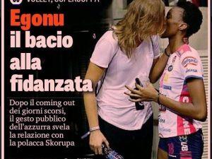 Il bacio di Paola Egonu alla fidanzata sulla prima pagina della Gazzetta