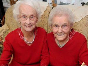 """Le gemelle che festeggiano 102 anni: """"Il nostro segreto è ma"""