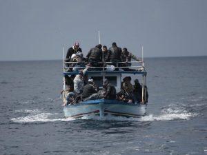 Migranti, naufraga un barchino: un morto e nove dispersi al