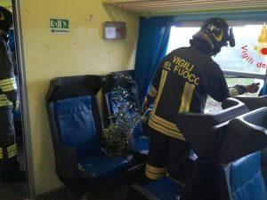 Crotone, tromba d'aria investe treno: passeggerei sballottat