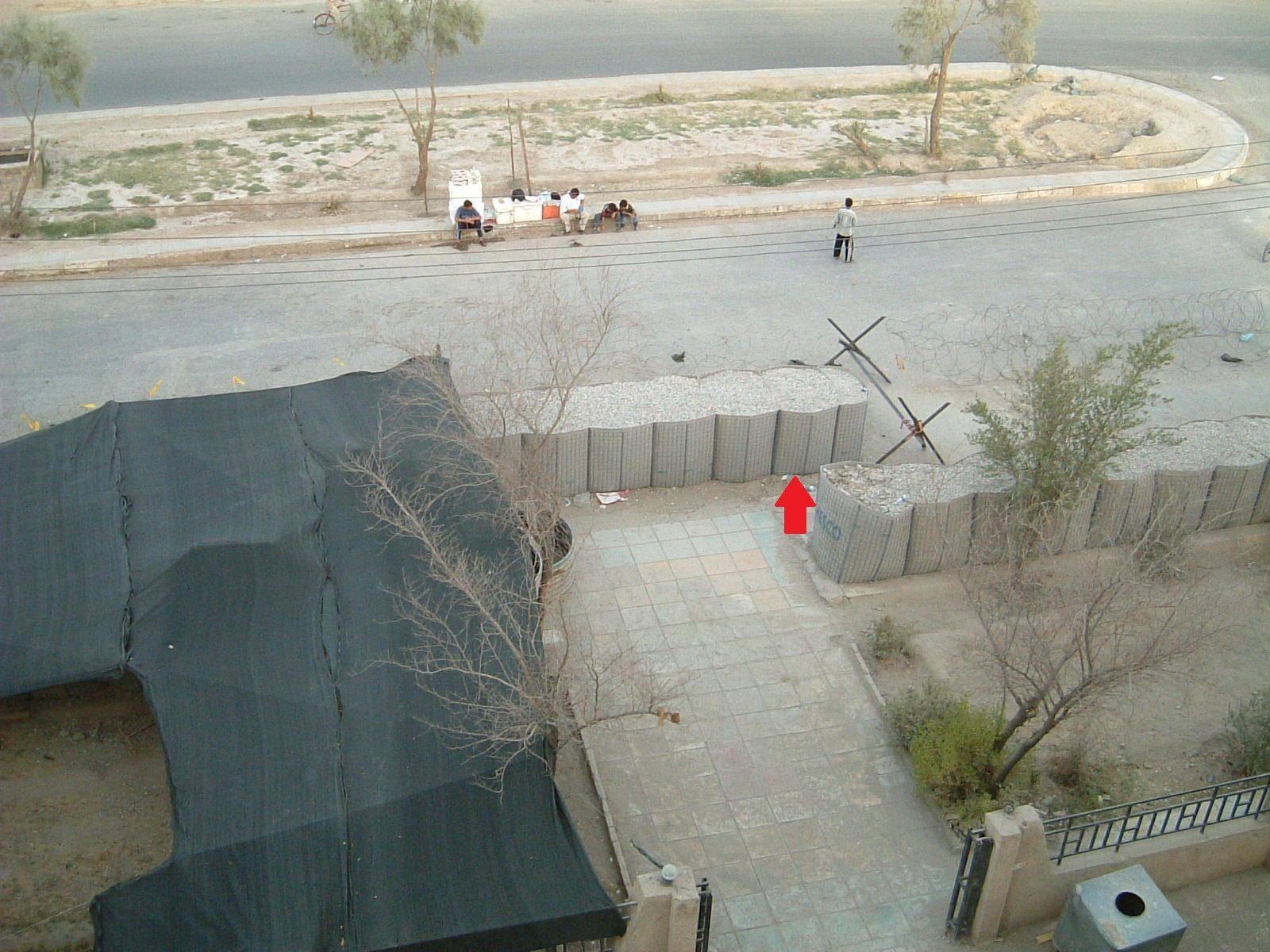 La freccia rossa indica il punto dove si trovava Saccotelli al momento dell'esplosione