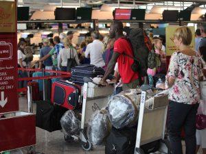 Brindisi, caos in aeroporto per un (falso) allarme bomba. Ma