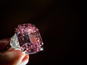 """Il diamante rosa """"Pink Legacy"""" batte ogni record: venduto pe"""