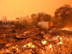 California in ginocchio per gli incendi: oltre 30 morti, centinaia di dispersi