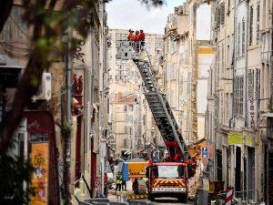 Marsiglia |  tragedia sfiorata al corteo per le vittime dei crolli |  cede balcone |  3 feriti